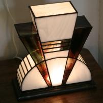 Lampe Art Déco en vitrail Tiffany. Verres opalescent blanc et violet strié de vert, de rouge et de bleu. Socle en noyer massif teinté wengé. L27*l12*H28