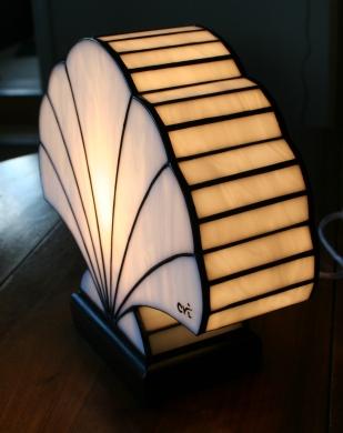 Lampe Art Déco en vitrail Tiffany Coquillage. Verre opalescent blanc perle, profond et lumineux. Socle en noyer massif teinté noir Napoléon.