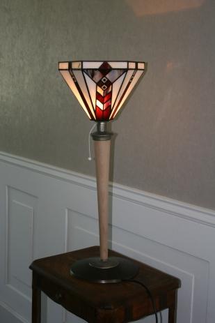 """Sobriété et élégance pour Tulipa 1, une très grande lampe ancienne à poser des années 30 pour le pied et le socle. Rénovée, son socle initialement revêtu d'une peinture marron foncé a été décapé pour laisser l'acier brut. Celui-ci a été patiné et bruni (type canon de fusil) pour un aspect contemporain. Le pied en hêtre massif a également été décapé pour être laissé brut naturel et vernis mat. Le luminaire type """"tulipe"""" est constitué de 6 pans en verres motifs Art Déco en vitrail Tiffany de couleur blancs, marron-roux et crème. Soudures et finitions patinées pour un aspect ancien. Interrupteur à tirette.Très grande : Hauteur 74 cm, diamètre 30 cm."""
