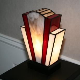 """Lampe Art Déco en vitrail Tiffany """"Nude Grey"""". Verres opalescents blanc perle pour les côtés, gris perle au milieu et rouge, profond et lumineux. Socle bois teinté noir Napoléon. Largeur 18 cm, Epaisseur 8,5 cm, Hauteur 25 cm"""