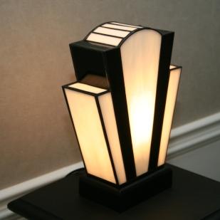 """Lampe Art Déco en vitrail Tiffany """"Nude Blanche"""". Verres opalescents blanc perle, profond et lumineux et noir. Socle bois teinté noir Napoléon. Largeur 18 cm, Epaisseur 8,5 cm, Hauteur 25 cm"""