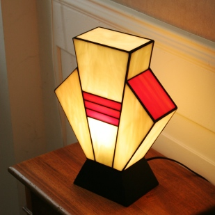 """Lampe Art Déco en vitrail Tiffany """"Simplissime"""". Verres opalescents ivoire et orange vif. Socle en bois vernis noir. Largeur 17 cm, Epaisseur 17 cm, Hauteur 36 cm"""