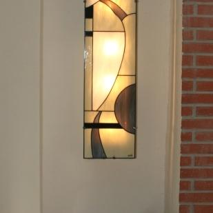 Tout en sobriété, If-Only est une grande applique murale en vitrail Tiffany (hauteur 95 cm, largeur 26 cm). Les verres, opalescents de couleur ivoire, blancs, gris et noirs donneront à votre intérieur une ambiance à la fois lumineuse, chaleureuse et élégante. If-Only est montée sur une structure électrifiée en acier blanc, équipée de 2 encoches de suspension pour un accrochage aisé sur un mur.