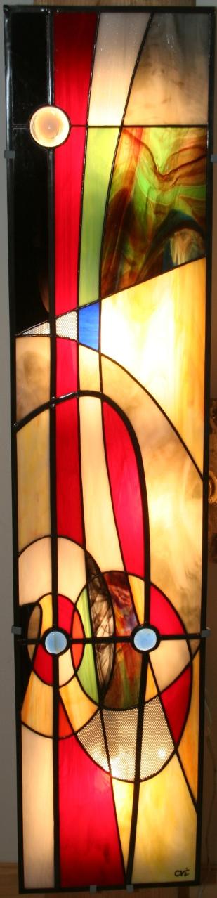 Ethna applique 120 * 26 cm. Vitrail Tiffany posé devant une structure acier rétro-éclairée. Multicolore, cabochons anciens, véritables petits galets sciés et pièces d'alu perforé