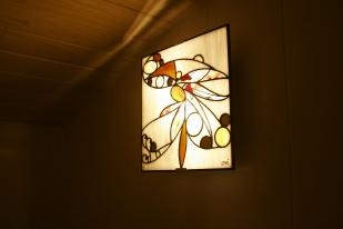 Applique de salle de bain vitrail Tiffany 30*30. Verres blanc, translucides structurés de gouttes et cabochons de miroirs