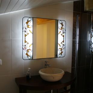 Miroir de salle de bain entouré de 2 vitraux Tiffany et plomb traditionnel. Verres translucides structurés de gouttes et cabochons de miroirs