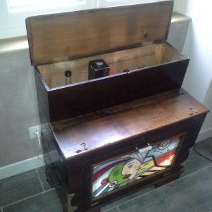 Rénovation d'un orgue de barbarie de la fin du 19ème pour transformation en meuble bar + insertion d'un panneau de vitrail dans la porte avant avec montage d'un rétro-éclairage intérieur