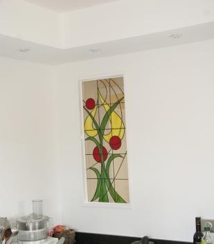 Vitrail Tiffany dans cloison entre une entrée et une cuisine. Occultation de la vue avec apport de luminosité dans l'entrée. Dimensions 80*40 cm