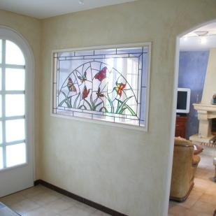 Thème les Papillons. Méthode Tiffany et traditionnel (plomb armé). Panneau dans cloison pour une séparation de pièce lumineuse. Dimensions 87*150 cm