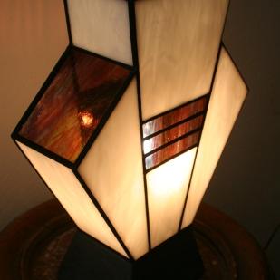 """Lampe Art Déco en vitrail Tiffany """"Simplissime"""". Verres opalescents blanc et violet strié de bleu et de vert. Socle en béton ciré gris foncé : Alliance du traditionnel et du contemporain pour donner à votre lampe un aspect à la fois industriel en même temps qu'un côté ancien. Ampoule E14 fournie assurant un éclairage doux mais lumineux. Largeur 24 cm, Profondeur 11 cm, Hauteur 32 cm"""