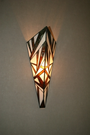 Pour une décoration dans le plus pur style Art Déco, constituée de verres blanc opalescent et bronze ambré, choisissez cette applique qui vous apportera une éclairage à la fois doux et lumineux tout en contribuant à une ambiance unique et originale
