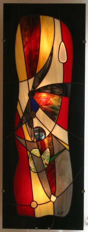 """""""Eyjafjöll"""" est une imposante et élégante applique murale en vitrail Tiffany (hauteur 96 cm, largeur 35 cm, épaisseur hors tout mur-panneau : 7,5 cm) suggérant l'explosion des matières"""